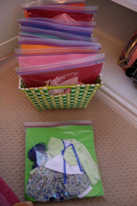 como organizar ropa de muñecas